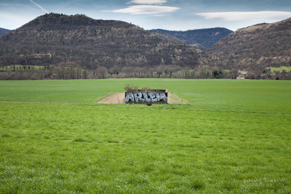Tag et graph sur un cabanon au milieu des champs