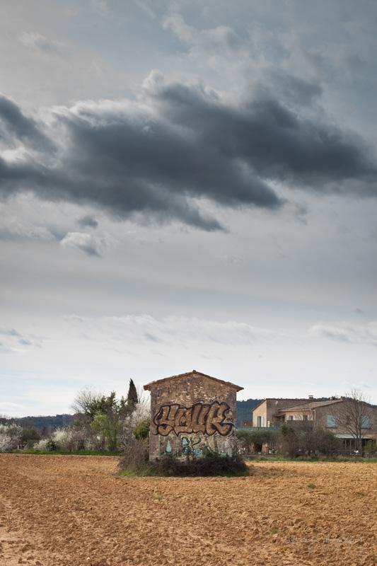 graffiti sur un cabanon en campagne